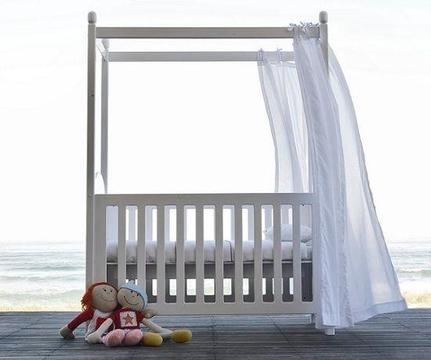 Beautiful Treehouse cot / bed
