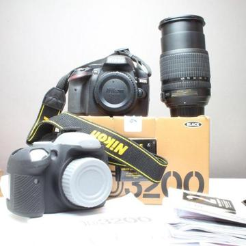 Nikon D3200 - Nikon 18-105mm G ED VR lens Image stabilized - Rubber body glove