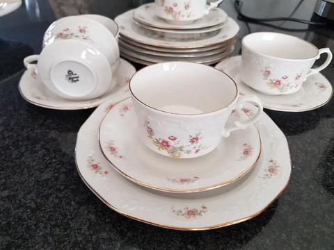 A STUNNING 17 PIECE HUGUENOT ROYALE CAKE SET CONSISTING OF CAKE PLATES, CUPS AND SAUCERS