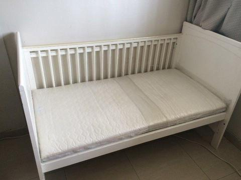 IKEA Large crib - 3 levels - can convert into toddler bed - BEDDING included